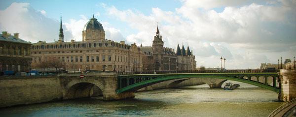 Conciergerie ao fundo (três torres ponteagudas) - Paris - Fui e Vou Voltar - Alessandro Paiva