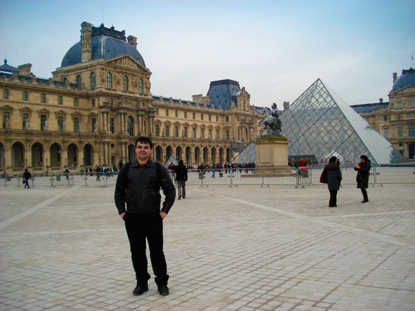 Louvre e sua pirâmide ao fundo - Paris - Fui e Vou Voltar - Alessandro Paiva