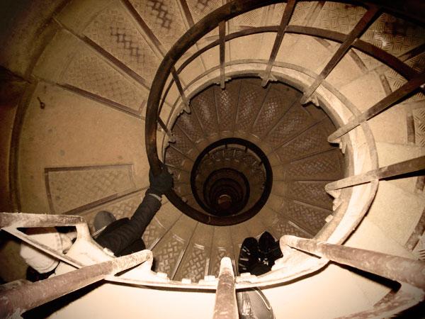 Escadaria para subir ao topo do Arco do Triunfo: 284 degraus - Paris - Fui e Vou Voltar - Alessandro Paiva