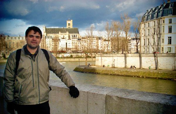 Ponta da Île Saint-Louis. Pessoas descansam ao sol às margens do Sena - Paris - Fui e Vou Voltar - Alessandro Paiva