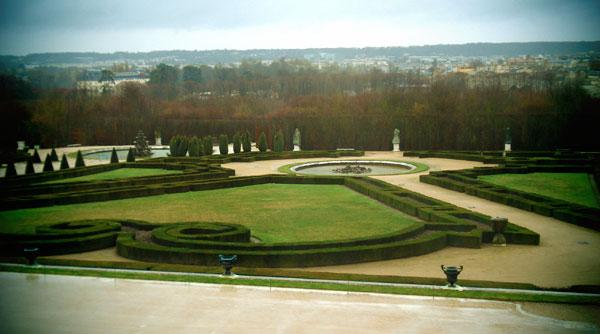 Um dos Jardins do Palácio com a cidade de Versalhes ao fundo - Paris - Fui e Vou Voltar - Alessandro Paiva