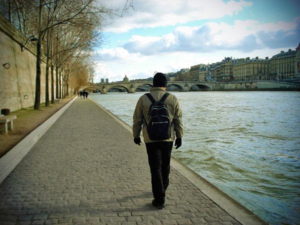 Élcio caminha pela Quai des Tuileries - Paris - Fui e Vou Voltar - Alessandro Paiva