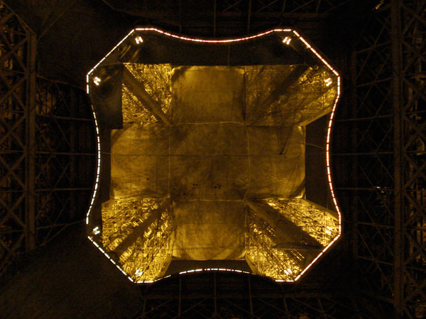 Foto tirada por baixo da Torre Eiffel - Paris - Fui e Vou Voltar - Alessandro Paiva