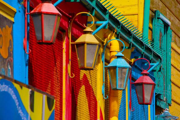 Detalhe das lanternas coloridas no Caminito - Buenso Aires - Fui e Vou Voltar - Alessandro Paiva