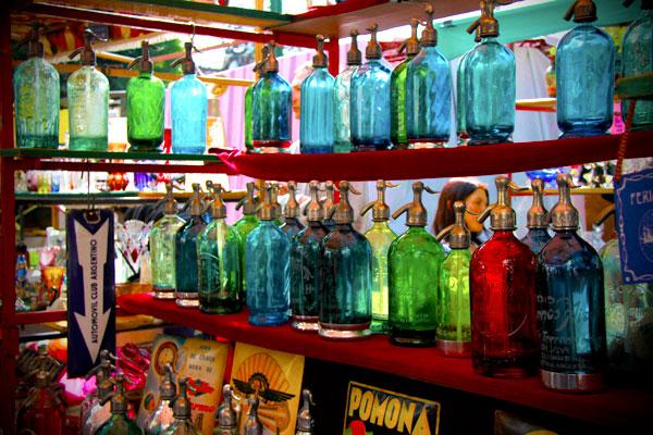 Barraca de garrafas antigas de servir água gaseificada - Buenos Aires - Fui e Vou Voltar - Alessandro Paiva