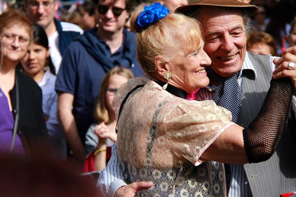 Casal argentino dança tango ao ar livre - Buenos Aires - Fui e Vou Voltar - Alessandro Paiva