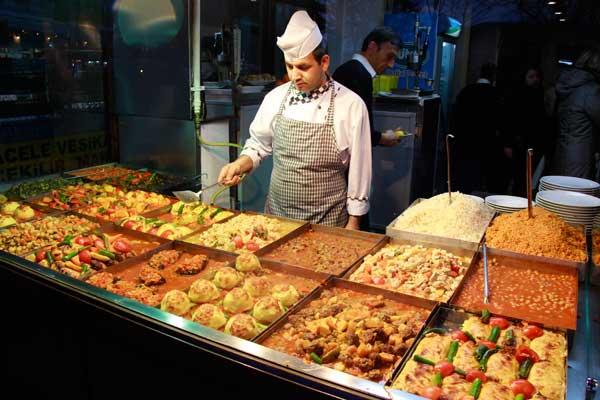 Cozinheiro prepara os pratos na vitrine de um restaurante em Sultanahmet - Istanbul - Fui e Vou Voltar - Alessandro Paiva