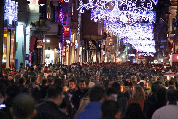 Movimento intenso de pessoas pela İstiklal Caddesi - Istanbul - Fui e Vou Voltar - Alessandro Paiva
