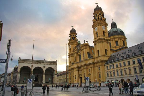 Ao fundo, o Monumento de Feldherrnhalle e à direita a Igreja dos Teatinos e São Caetano (Theatinerkirche) - München - Fui e Vou Voltar - Alessandro Paiva