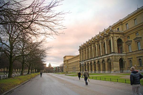 Hofgarten. À direita, encontra-se a fachada do salão de festas da Residência de Munique - München - Fui e Vou Voltar - Alessandro Paiva