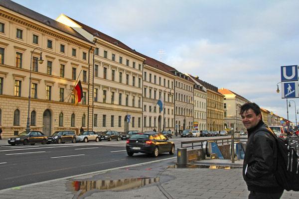 Élcio, na Ludwigstrasse - München - Fui e Vou Voltar - Alessandro Paiva