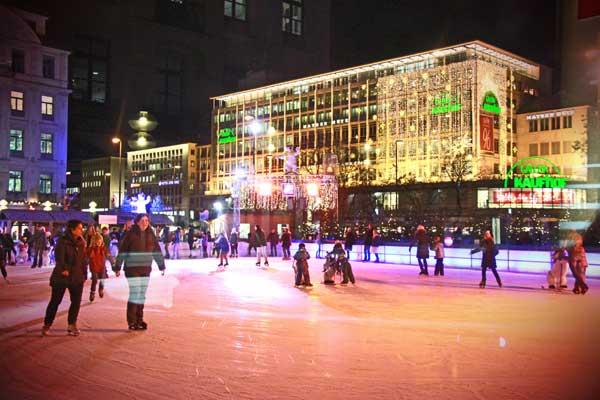 Ringue de patinação no gelo, montado na Karlsplatz. Ao fundo, a Kaufhof - München - Fui e Vou Voltar - Alessandro Paiva