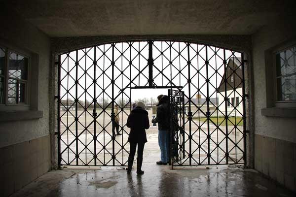 Portão da Jourhaus, no Campo de Concentração de Dachau - München - Fui e Vou Voltar - Alessandro Paiva