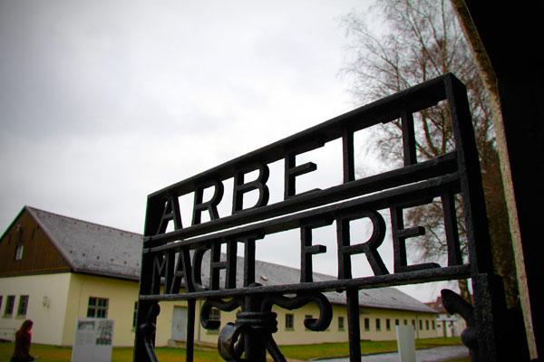 """Inscrição """"Arbeit macht frei"""" (O trabalho o libertará), na Jourhaus - München - Fui e Vou Voltar - Alessandro Paiva"""