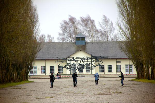 Edifício de exposição permanente e Monumento Internacional  - München - Fui e Vou Voltar - Alessandro Paiva