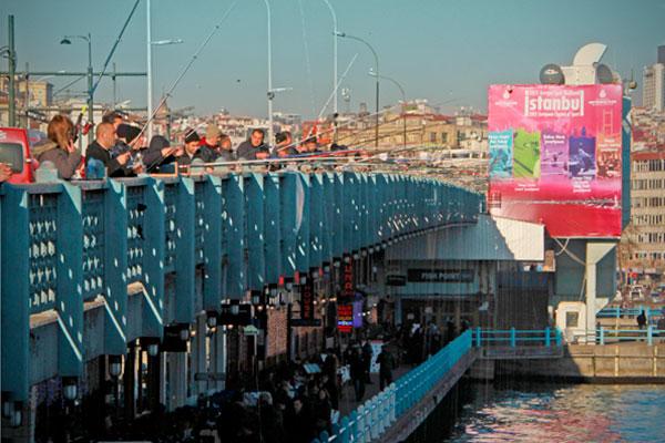 Pescadores ao longo da Ponte de Gálata - Istanbul - Fui e Vou Voltar - Alessandro Paiva