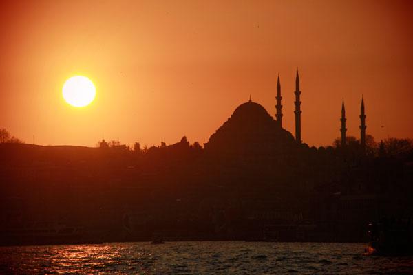 Pôr do sol visto do cruzeiro pelo Bósforo, com Santa Sofia no horizonte - Istanbul - Fui e Vou Voltar - Alessandro Paiva