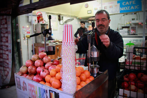 Vendedor prepara o suco de romã - Istanbul - Fui e Vou Voltar - Alessandro Paiva