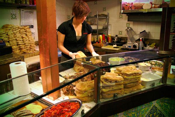 Balconista prepara um panino di porchetta, no Ristocampo - Roma - Fui e Vou Voltar - Alessandro Paiva