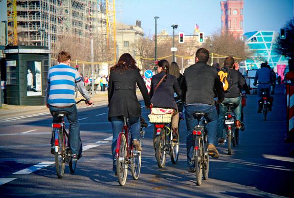 Ciclistas pela Unter der Linden - Berlin - Fui e Vou Voltar - Alessandro Paiva