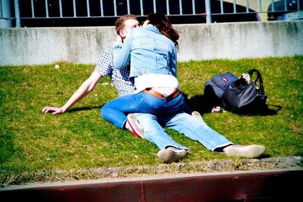 Casal à beira do Spree - Berlin - Fui e Vou Voltar - Alessandro Paiva