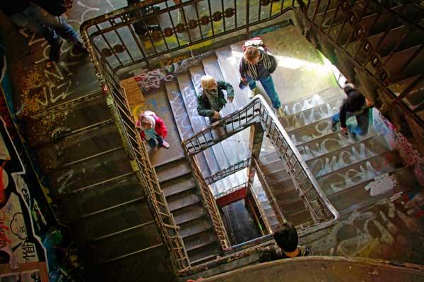 Escadaria na Kunsthaus Tacheles - Berlin - Fui e Vou Voltar - Alessandro Paiva