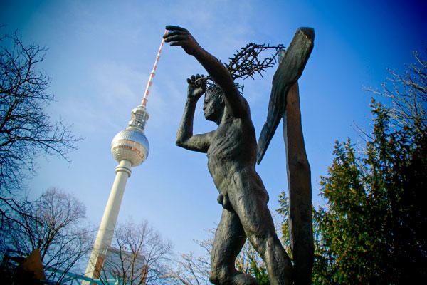 Estátua e Fernsehturm - Berlin - Fui e Vou Voltar - Alessandro Paiva