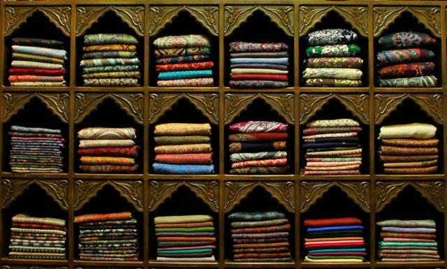 Prateleira de pashminas, no Bazar Egípcio