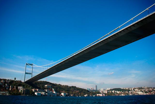 Ponte Fatih Sultão Mehmet e o lado europeu de Istambul