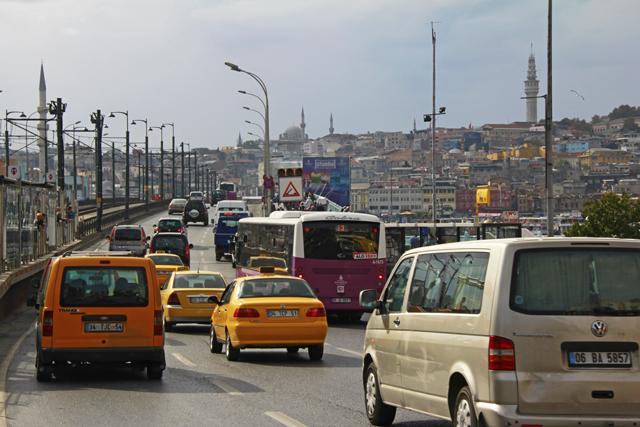 Tráfego de veículos pela Ponte de Gálata