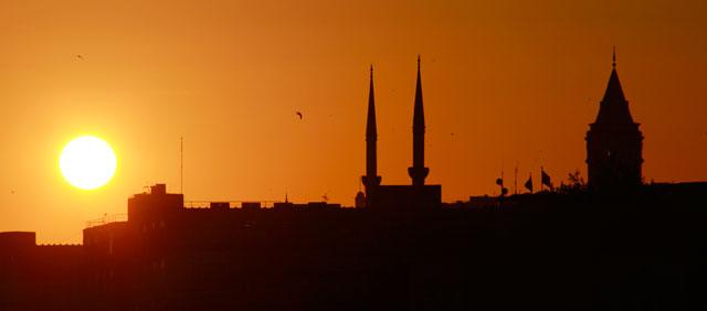 Por-do-sol visto do Bósforo, com destaque para a Torre de Gálata