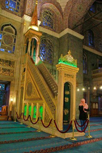 Ana, no Salão das Orações da Mesquita Nova, antes de ser advertida