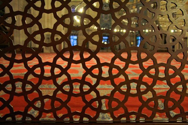 Tela que delimita o Salão de Orações, na Mesquita Nova