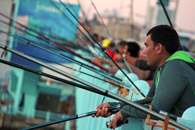 Pescadores ao longo da Ponte de Galata