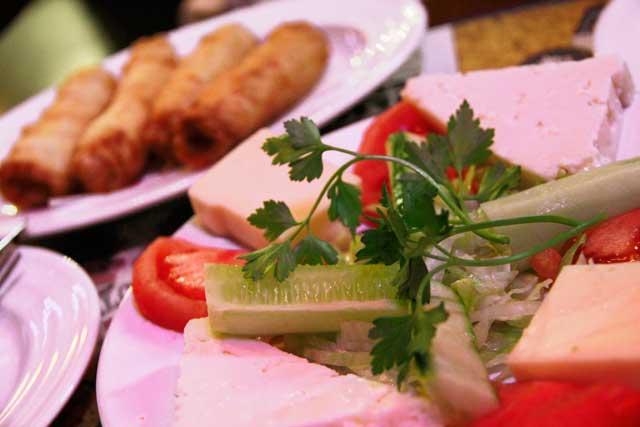 Tira-gosto de queijo, salada e cigarrete