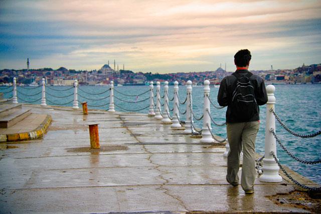 Élcio caminha às margens asiáticas do Bósforo, na Üskudar Harem Sahil Yolu