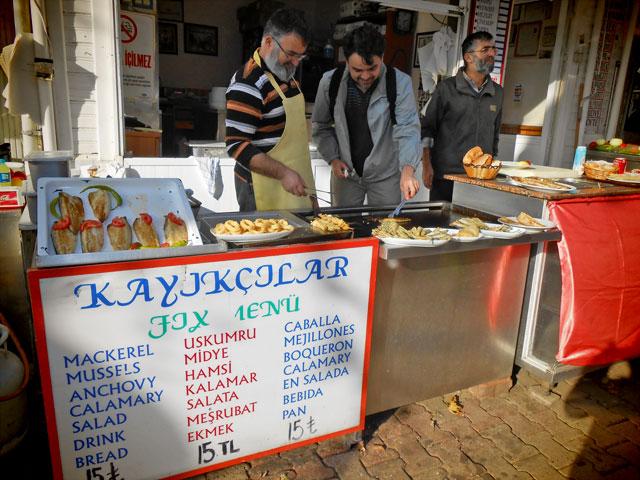Élcio experimenta peixe feito na hora, em Anadolu Kavağı