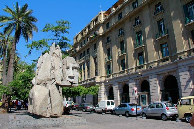 Monumento a los Pueblos Originarios, na Plaza de Armas