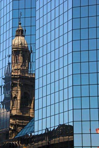 Catedral Metropolitana refletida da fachada do Ed. Plaza de Armas