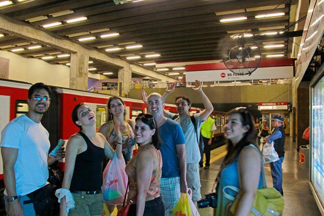 Depois da correria, a moçada se refresca no ventilador do metrô Escuela Militar