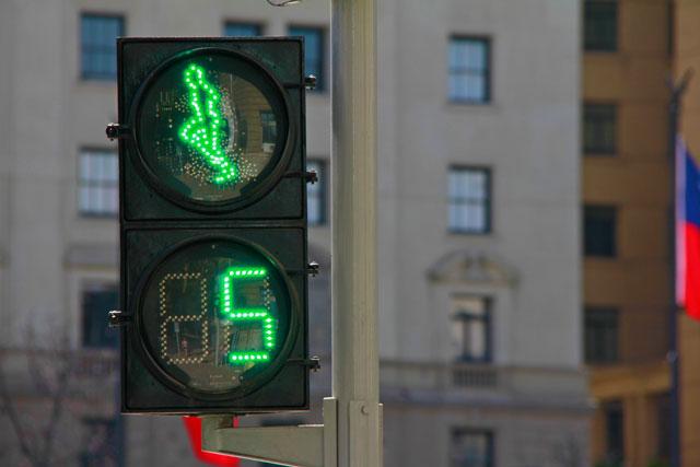 Semáforo de pedestres com homenzinho que corre, na Plaza de la Constitución