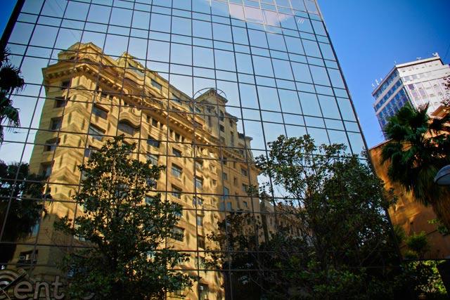Comunidad Edificio Ahumada/Moneda, refletido em prédio moderno, no encontro da Ahumada com Moneda e Nueva York