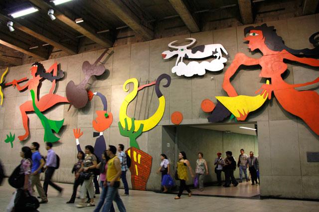 """Painel """"Declaración de Amor"""", do artista Samy Benmayor, na estação Baquedano"""