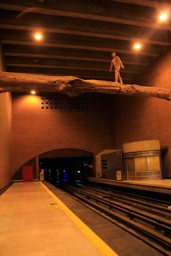 """Escultura """"El Puente"""", do artista Osvaldo Peña, na estação Baquedano"""