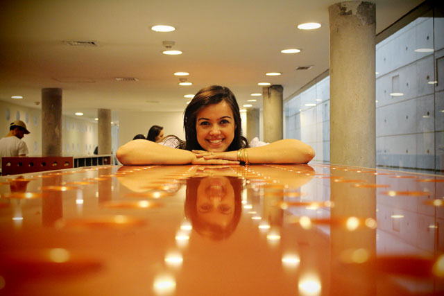 Lydianne, na biblioteca do Centro Cultural La Moneda