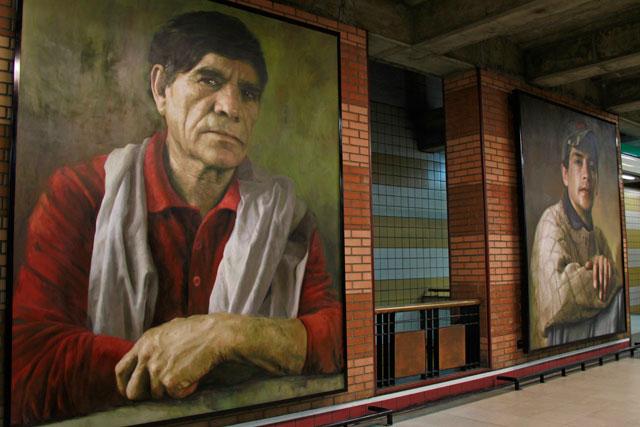 """Quadros """"Rostros del Bicentenario"""", do artista Gillermo Lorca, na estação Baquedano"""