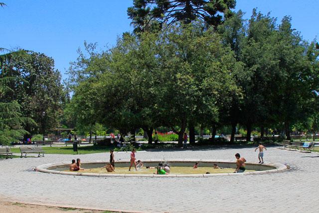 Crianças brincam na fonte, no Parque Quinta Normal