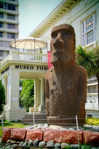 Estátua moai original, na entrada do Museo Fonck
