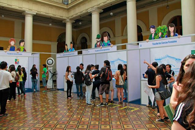 Exposição de cursos, na Universidad de Chile