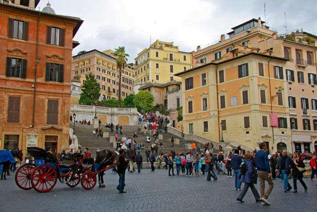 Piazza di Spagna e escadaria que leva á igreja Trinità dei Monti